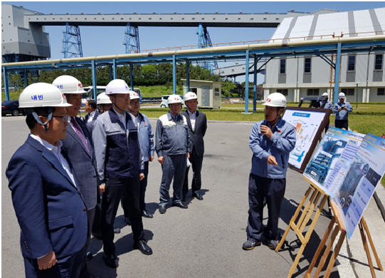 Baek Woon-kyu (third from left), minister of trade, industry and energy is briefed on measures to reduce fine dust at the Dangjin Thermal Power Plant of Korea East-West Power.