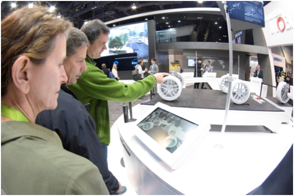 At the CES held in Las Vegas in January of this year, representatives of foreign automakers take a look at advanced technology of Hyundai Mobis.