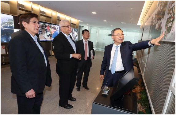KT chairman Hwang Chang-kyu (first from right) explains KT's ICT solutions applied to Baekryong Giga Island to Eliseo Mijares Rio Jr. (second from left), acting secretary of the Philippine Department of Information and Communications Technology.