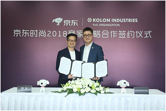 Yoon Young-min (right), vice president of general management at the FnC Division at Kolon and Hu Sheng-ri, a senior executive of JD.com Inc. signed a strategic cooperation MOU at JD.com headquarters in Beijing on June 8.