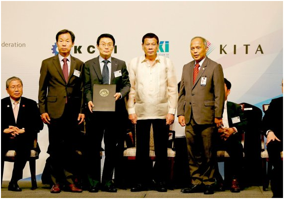Seohee Construction vice president Ryu Byung-sun, SK E&C vice president Joo Yang-gyu, Philippine President Rodrigo Duterte and Philippine Energy Secretary Alfonso Cusi (from left) pose for a photo during a business forum held in Seoul on June 5.