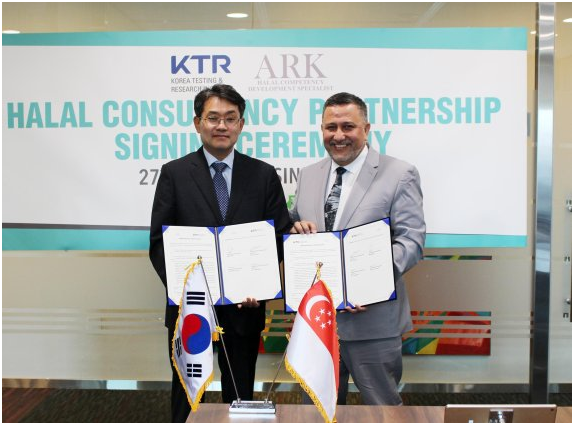 Korea Testing & Research Institute President Byun Jong-rip (left) and ARK CEO Imran Musa signed an MOU regarding Halal certification assistance.