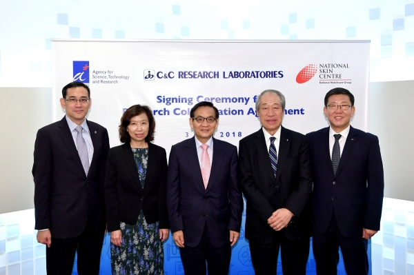 C&C Research Laboratories CEO Chun Jae-kwang (far right) and A*STAR Executive Director Benjamin Sheet (far left) pose for a photo with other officials after signing the joint research agreement at the Genome Research Institute in Singapore on July 3 (local time).