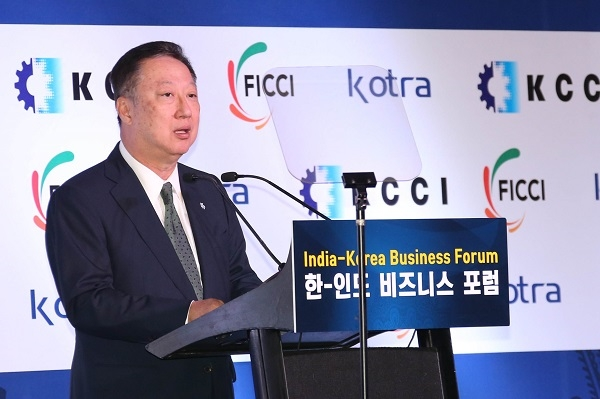Park Yong-man, chairman of the Korea Chamber of Commerce & Industry (KCCI), is delivering an opening speech at the India-Korea Business Form held in New Delhi, India on July 9 (local time).