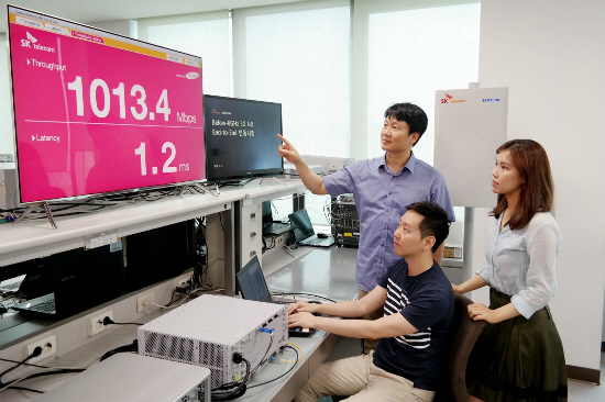 Researchers from Samsung Electronics and SK Telecom are demonstrating the 3.5 GHz-using 5G communication at Samsung Electronics Suwon center on July 27.