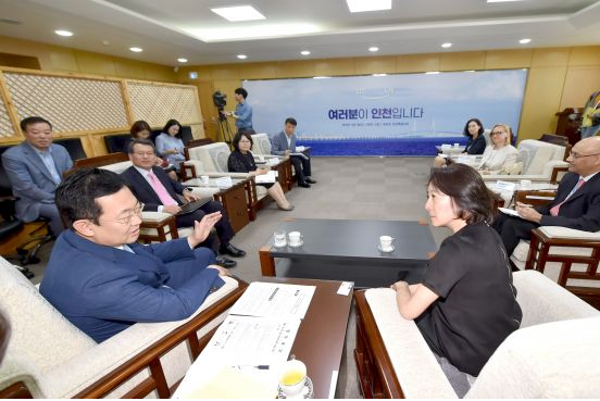 Park Nam-chun (left), the new mayor of Incheon, is talking with Mami Mizutori (right), special representative of the UN secretary general for disaster risk reduction at the reception room of the city hall on July 9.