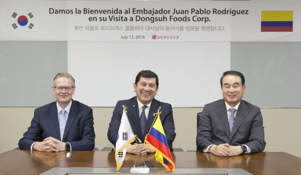 Dongsuh Foods Corps Vice President Kjell Ruth (left), Colombian Ambassador Juan Pablo Rodriguez (center), and Dongsuh Foods Corps CEO Lee, Gwang-bok (right) are posing for photo before the time of fellowship talking.