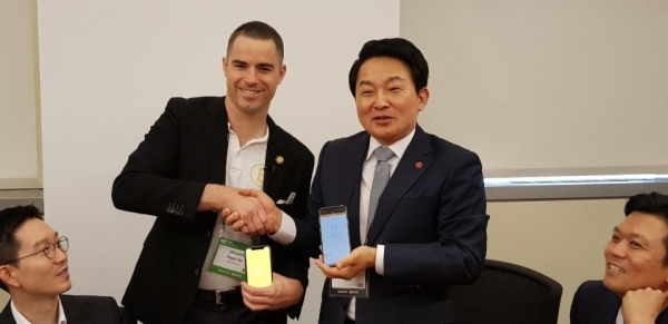 Jeju Special Self-governing Province Governor Won Hee-ryong (right) shakes hands with Roger Ver, CEO of Bitcoin.com in Jeju on August 3.