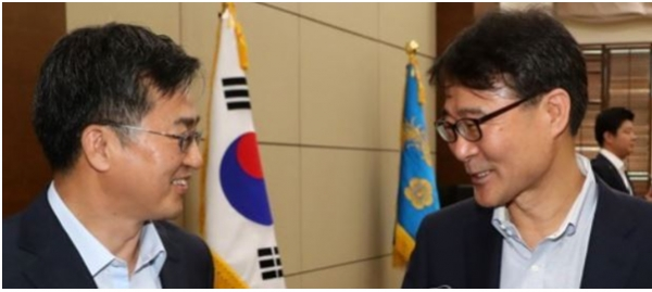 The conflicts between deputy prime minister for Economy Kim Dong-yeon (left) and presidential chief of staff for policy Jang are increasing recently.