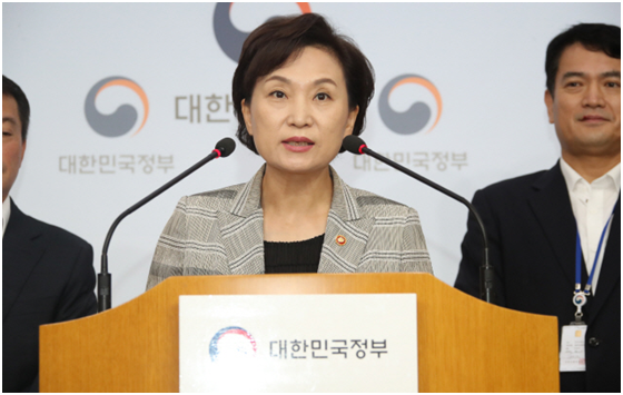 Minister of Land, Infrastructure and Transport Kim Hyun-mi announces the government's decision to ban the operation of uninspected BMW vehicles on Aug. 14.