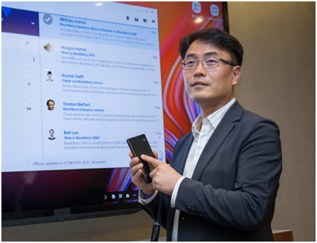 Lim Chae-hwan, executive director of the B2B Service Development Group of Samsung Electronics's Wireless Business Division is explaining an upgrade new version of the Samsung Dex in New York City on August 10 (local time).