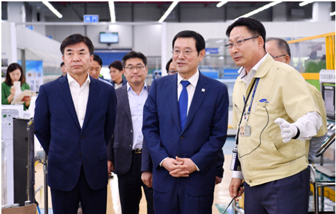 Gwangju Mayor Lee Yong-Seop (center) visited Samsung Electronics' Gwangju Plant on September 11.