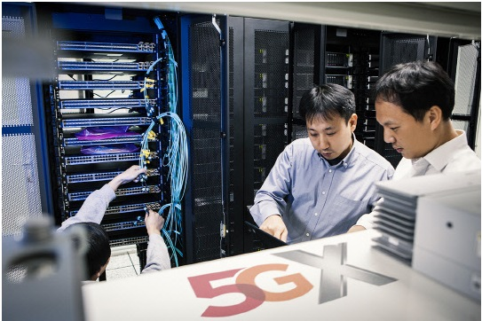 SK Telecom succeeded in linking Samsung Electronics' 5G NSA (nonstandard; 5G-LTE compound standard) switchboards with Nokia and Ericsson 5G base stations at a 5G test bed in its Bundang building on October 24.