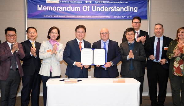 North Gyeongsang Province Governor Lee Cheol-woo (fourth from left) poses with Bob Thompson (fifth from left), head of ultrasound at Siemens Healthineers, after signing a memorandum of understating on bilateral cooperation in ultrasound diagnostic equipment.