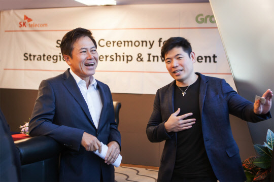 "On Jan. 30, Park Jung-ho (left), president of SK Telecom and Anthony Tan, CEO of Grab talk after signing a contract to establish a joint venture, ""Grab Geo Holdings"" at SK Telecom Headquarters in Uljiro, Jung-gu, Seoul."