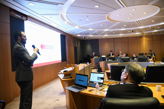 On January 29, Rafael Gomez-Bombarelli (leftmost) delivers a lecture on new material development using big data and artificial intelligence (AI) to Hyosung employees at Hyosung Headquarters in Gongdeok-dong, Seoul.