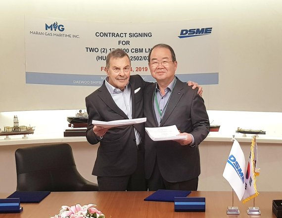 On Feb. 24 (local time), Chung Sung-rip (right), president of Daewoo Shipbuilding & Marine Engineering (DSME) poses for a photo shoot with John Angelicoussis, chairman of Angelicoussis Shipping Group after signing a contract to build an LNG carrier in Greece.
