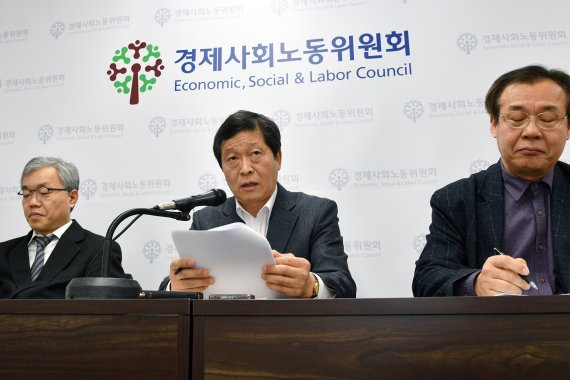 Park Soo-keun (center), chairman of the Labor-Management Relation Improvement Committee under the Economic, Social and Labor Council, urges the labor and management to reach a social consensus by the end of March in the committee office in Saemunan-ro, Seoul on March 18.