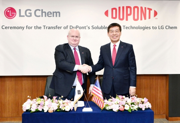 Vice chairman Shin Hak-chul (right) of LG Chem and vice chairman Mark Doyle of DuPont shake hands in a ceremony in honor of LG Chem's acquisition of soluble OLED material technology recently held at LG Twin Tower, Yeouido, Seoul.