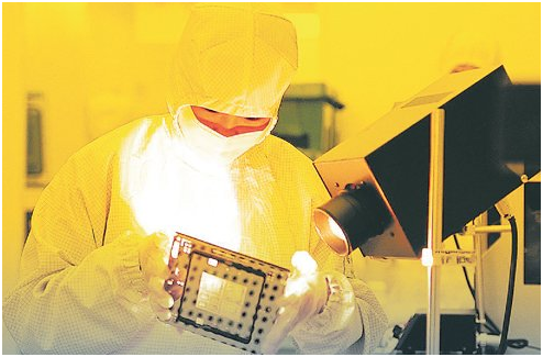 A researcher at a South Korean semiconductor manufacturer tests etching gases from non-Japanese suppliers.