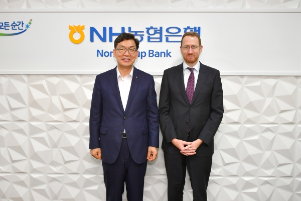 Nonghyup Bank CEO Lee Dae-hoon (left) poses for a photo with Brett Cooper, general manager of North East Asia at the Australian Trade and Investment Commission, or Austrade, at the bank's main office in Seoul, on Sept. 10.