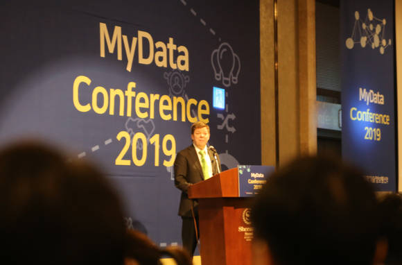 "At the ""2019 My Data Conference"" held in Sheraton Seoul D-Cube City, Guro-gu, Seoul on December 29, the General Manager of MyData Global, Teemu Ropponen, is presenting ""People-oriented MyData."""