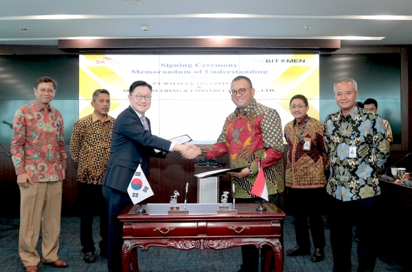 Kim Byung-kwon (left in the front row), head of Oil & Gas M&BD Group at SK E&C, shake hands with the head of WIKA Bitumen after signing a technical service agreement (TSA) and memorandum of understanding (MOU) during the signing ceremony for an eco-friendly asphalt plant project in Jakarta, Indonesia on Feb. 12.