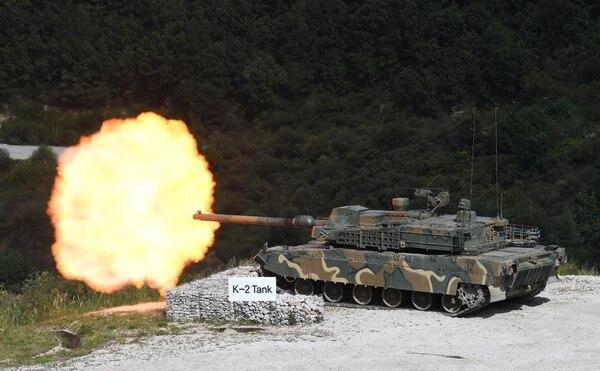 한국의 K2흑표탱크가 2018년 9월 사격 실험을 하고 있다.